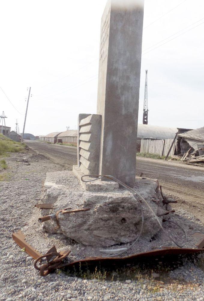 Памятник на могилу Охотск Эконом памятник с резным крестиком в углу Сергиев Посад