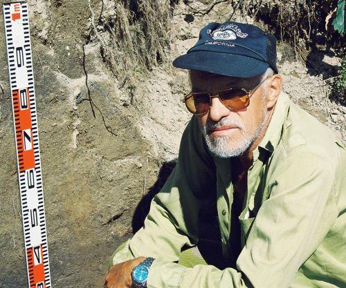 Юрий Михайлович Васильев так и не успел исследовать амурскую «Страну курганов». Река Кур, 2004 г.
